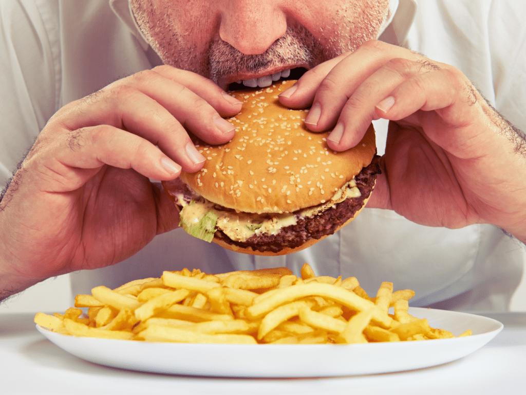 Mann isst Burger - Macht keine Diät