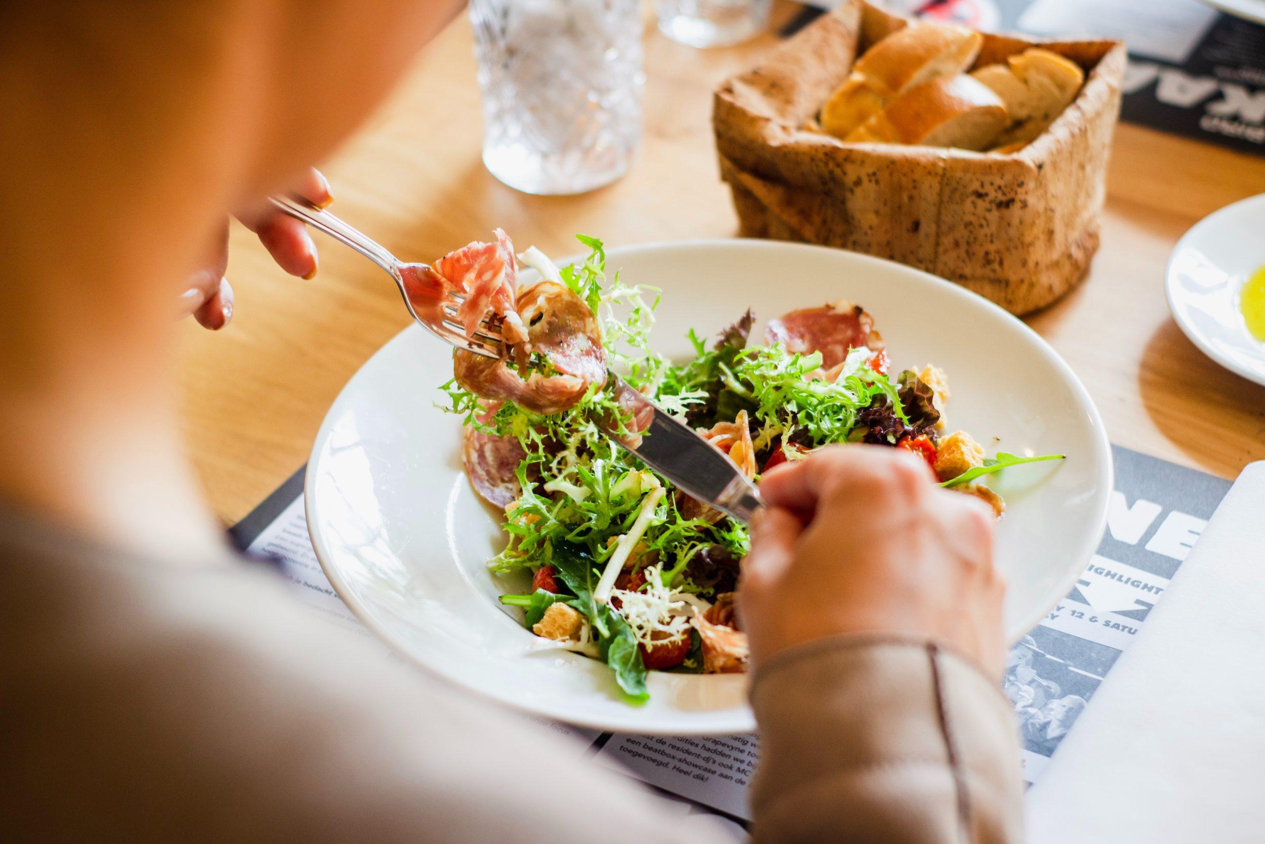 Frau isst Salat während der Diät